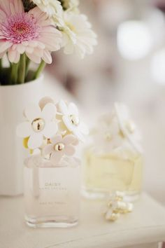 Sometimes you're a fresh Daisy girl and others you're an Eau So Decadent woman. Explore the Marc Jacobs perfume collection, with designer fragrances for every side of you. Perfume Chanel, Daisy Perfume, Parfum Rose, Daisy Eau So Fresh, Smell Good, Girly Things, Marc Jacobs, Perfume Bottles, Pretty