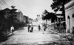 Perspectiva da Rua Lobo d´Almada. Ao fundo, à direita, o prédio da Mercearia A Cabacence, na Rua 10 de Julho, atualmente acolhendo uma casa lotérica. Registro fotográfico da década de 1910. Foto: Commércio do Amazonas. Fonte: Manaus Sorriso.