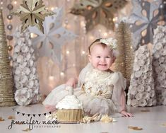 This would be a great idea to do at a boutique with their Christmas decor Baby Cake Smash, 1st Birthday Cake Smash, Smash Cakes, First Birthday Winter, Girl First Birthday, Christmas Mini Sessions, Christmas Minis, Christmas Decor, Winter Onederland Party Girl 1st Birthdays