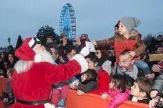 Arrivée du père Noël : De nombreux enfants avaient du courrier à lui remettre... (Photo: Thierry Bonnet/Ville d'Angers) #Angers #Marchedenoel