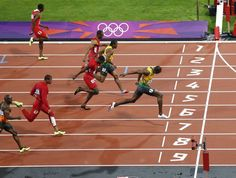 Jamaica's Usain Bolt (R) pulls ahead to win the men's 100m final during the London 2012 Olympic Games at the Olympic stadium in London August 5, 2012. (REUTERS/Fabrizio Bensch)