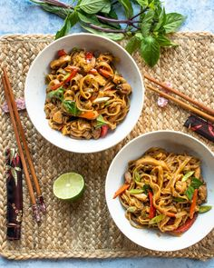Drunken Noodles - Make your best take out right in your own kitchen! There are several theories on where the name for this dish came from, but it's not what you think - there's no alcohol used in preparing drunken noodles. Spicy Recipes, Asian Recipes, Cooking Recipes, Ethnic Recipes, Asian Foods, Copycat Recipes, Thai Drunken Noodles, Pad Thai Noodles, Ramen Noodles