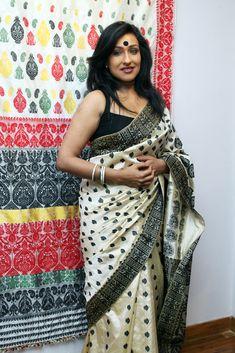 Sampa Das - Revivalist of the Golden Muga silk of Assam Beautiful Girl Indian, Beautiful Saree, Most Beautiful Women, Beautiful Outfits, Assam Silk Saree, Saree Backless, Indian Actress Hot Pics, Aunty In Saree, Saree Wearing
