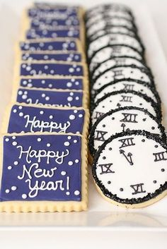 New Years Cookies Happy New Year! Whether you are hosting a New Years Party or just attending one, you will need to have some treats with you! I always bring food with me to holiday parties! Here are my favorites! New Years Eve Day, New Years Party, New Years Eve Snacks, New Year's Eve Celebrations, New Year Celebration, Party Food And Drinks, Snacks Für Party, Dessert Party, Noel Christmas