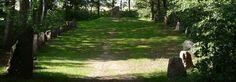 La pierre runique de Glavendrup (Fionie) est placée sur un monticule, et figure la proue d'un bateau en pierre datant de l'âge du bronze. Pour en savoir plus: http://www.fafnir.fr/pierre-de-glavendrup.html.