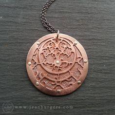 Deze hanger is een van een serie van unieke werken die ik heb gemaakt met astrolabium apparaten. Ik handcut dit koperen faceplate met behulp van een kleine zaagblad en het op een drager van handcut geklonken geoxideerd koper waarin ik een magische ontwerp geëtst. Ik aangesloten de lagen samen met sterling zilver klinknagels.  Het woord Astrolabium is afgeleid van het Griekse woord Astrolabos, wat betekent Ster nemer. Een oude berekening apparaat gedacht te worden uitgevonden rond 150BC…