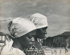 Carolina Maria de Jesus e Ruth de Souza na Favela do Canindé.  São Paulo, 1961 - foto: Acervo Acervo Ruth de Souza