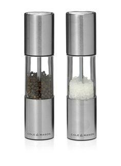 Strak vormgegeven peper- en zoutstel Oslo van Cole & Mason. De pepermolen is voorzien van een gehard stalen maalwerk, de zoutmolen van een roestvrij keramisch maalwerk. De maalgrofheid van dit Cole & Mason peper- en zoutstel is eenvoudig in te stellen.