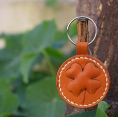 clover leather keychain Leather Key Holder, Leather Keychain, Leather Earrings, Simple Gifts, Easy Gifts, Best Teacher Gifts, Little Star, Vegetable Tanned Leather, Keychains