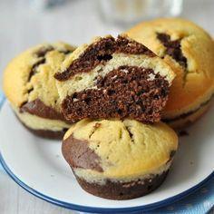 Ha valami, a muffin egy igazán egyszerűen elkészíthető sütemény: összekeverjük a száraz hozzávalókat, egy másik tálban összekeverjük a nedves hozzávalókat, majd a kettőt összeforgatjuk, és már mehet is a sütőbe a tésztánk. A képlet most is nagyon egyszerű, de most a látványt egy kicsit feldobtuk, csíkos mintájú muffint készítettünk.