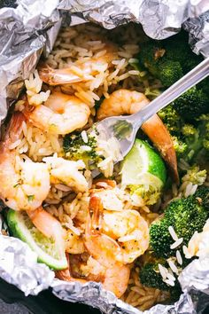 Shrimp Foil Packets with Broccoli and Rice - These foil packets are loaded with shrimp, broccoli and rice tossed in a delicious Asian inspired sauce, and they make for a quick, easy dinner packed with flavor! Rice Recipes For Dinner, Shrimp Recipes Easy, Seafood Recipes, Cooking Recipes, Ww Recipes, Light Recipes, Grilling Recipes, Drink Recipes, Chicken Recipes
