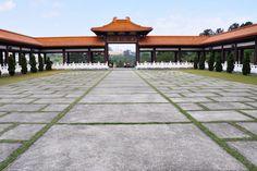 Templo num super destino asiático? Não, Cotia em São Paulo! O Templo Zu Lai @templozulai é considerado o maior templo budista da América do Sul. Além do lugar ser lindo e inspirador, eles têm várias atividades, rituais budistas e meditação disponíveis para o público. Vale a pena a visita e conhecer a agenda .