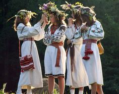 Embroidery Folk Midsummer Celebrations The Vinok (or flower crown) is a traditional symbol of Midsummer in the Ukraine. Folk Costume, Costumes, Flower Headdress, Ukraine Girls, Do It Yourself Fashion, Ukrainian Art, Folk Embroidery, Embroidery Stitches, Thinking Day