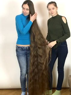 VIDEO - Longer than floor length - RealRapunzels Longer Than, Long Hair Models, Really Long Hair, Playing With Hair, Beautiful Long Hair, Long A, Hair Brush, Hair Lengths, Healthy Hair