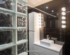 Talo a I Tulikiven vaalea Glaciar-taso WC:ssä. Decor, Furniture, Bathroom Lighting, Lighted Bathroom Mirror, Home Decor, Bathroom Mirror, Bathroom, Light, Mirror