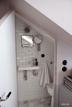 Micro-apartment: 12 square meter apartment in Paris.  Appartement  de 12 m2 dans le marais paris. Salle de bain minuscule, carrelage métro