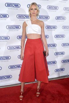 Wenn jemand Bauchfrei tragen kann, dann Karolina Kurkova. Wie bei der Rimowa Store Eröffnung in Miami - hier trug sie eine erfrischende Orange-Weiße Kombination von Delpozo.