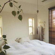寝室にもウッドブラインドを。 白で統一したお部屋のワンポイントに。ブラインドの隙間から漏れる朝日にうっとりしながら起きれそう。
