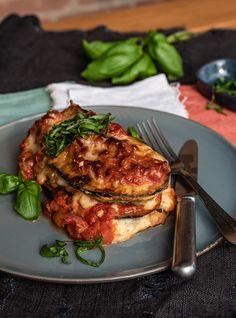 Parmigiana di Melanzane - italienischer Auberginenauflauf Law Carb, Veggie Recipes, Salmon Burgers, Soul Food, Italian Recipes, Clean Eating, Food And Drink, Pork, Snacks