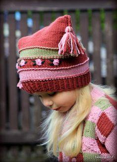 Kootud müts ja kampsun tüdrukule.  Knitted hat ja cardigan for girl.