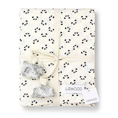 The cute panda is a true favourite.This beautiful set of Liewood bedding is manufactured in the softest organic cotton fabric and with focus on the detail. The duvet cover has an invisible zipper as closure. The inside seams are finished with French seams to make the seams stronger adding the product that little extra on …