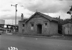 Old Post Office, New Lynn. 1955. Now known as the Potters Post. At left is the pedestrian walkway for the rail overbridge. Photo JTD-11A-01561 1970s photo at http://www.nzmuseums.co.nz/account/3031/object/475075/Photograph_of_old_brick_building_New_Lynn