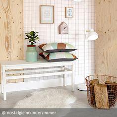 Leichte Farben, Natürlichkeit, erfrischendes Ambiente: der Skandistil kann so einiges! #skandinavisch #living #interior #inspiration #karotapete #hell #bank #kupfer #korb