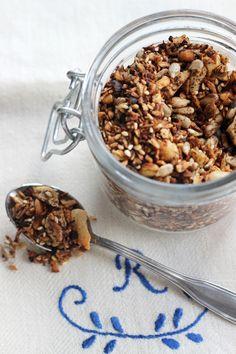 Idag tänkte jag dela med mig av ett riktigt gott recept på granola. Det här är en granola som är enkel att göra, går snabbt och smakar riktigt gott! Det är inte så ofta jag själv äter yoghurt men mina barn gör det desto oftare och gillar den här granolan ihop med en skål fet