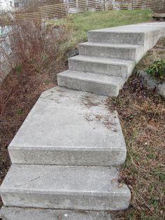 Platsgjuten betongtrappa skräddad efter platsens naturliga nivåer. Med vilplan och vinkel. (finare om marken fylls upp på sidorna, så trappan upplevs ligga i – inte ovanpå - marken)