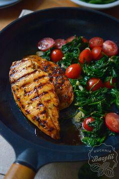Miodowy #kurczak ze szpinakiem to doskonały pomysł na szybki oraz pożywny obiad. Uważam, że sam sekret smaku tkwi w odpowiednim doborze produktów, a nie ich ilości. #szpinak #chicken Diet Recipes, Snack Recipes, Healthy Recipes, Best Cookbooks, Clean Eating, Good Food, Food And Drink, Lunch, Meals