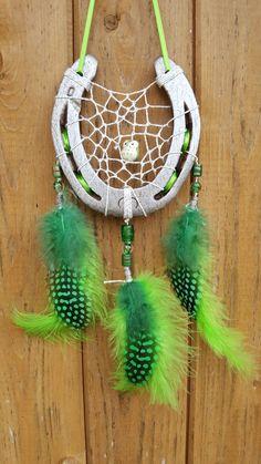 Glücksfänger Sun mit Lurexgarn, Glasperlen in verschiedenen Grüntönen und in der Mitte einer Eulen-Keramikperle. Die Federanhänger sind mit Flausch- und Perlhuhnfedern gestaltet. Als Aufhängeband dient hier ein schmales Schleifenband. Horseshoe Crafts, Horseshoe Art, Basic Crochet Stitches, Crochet Basics, Western Kitchen Decor, Crafts To Make, Diy Crafts, Native American Crafts, Feather Crafts