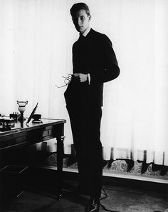 Yves Saint Laurent was a French fashion designer, regarded as being among the foremost fashion designers in the century. Yves Saint Laurent, Look Fashion, Mens Fashion, Fashion Design, Palm Beach, Christian Dior, Style Parisienne, Portraits, Expo