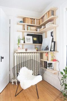 Building some DIY corner shelves might be a great idea for your next weekend project. Corner shelves are a smart solution for your small space. If you want to have shelves but you don't want to be too much on . Diy Corner Shelf, Wood Corner Shelves, Corner Bookshelves, Floating Corner Shelves, Bookshelf Ideas, Creative Bookshelves, Corner Wall, Floating Wall, Wooden Shelves