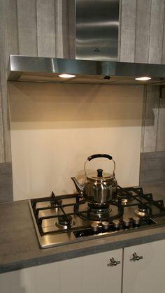 Collorz luxe aluminium keukenachterwand RAL9001 cremewit te zien in de keukenshowroom van Keukensale in Delft.