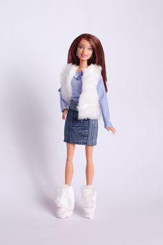 Меховая безрукавка, юбка, сапожки и футболка с длинным рукавом