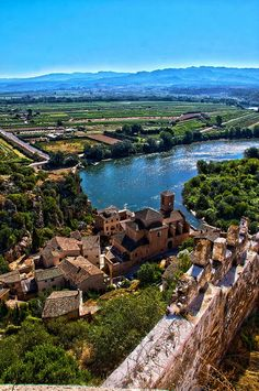 Holiday season can be crazy – where do you go to truly escape? How about Miravet in the Catalunya region of Spain? http://members.virtualtourist.com/m/158087/3fb82/