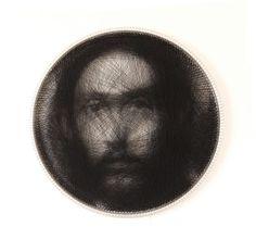 'artiste grec Petros Vrellis utilise plus d'1,5 kilomètre de fil pour chacun de ses portraits. Il les tends en ligne droite entre les bords d'un cadre circulaire, avec parfois plus de 4000 aller-retours, jusqu'à ce qu'un portrait émerge de ces lignes droites.