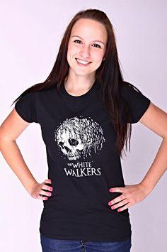 """T-shirt The White Walkers De vrouwelijke versie van de klassieker is een nauwsluitend model met verkorte mouwtjes en heeft een RAXart opdruk van een 'White Walker'. Bekend van de HBO TV serie """"Game of Thrones"""" en de tekst: """"The White Walkers"""". Blikdicht met aangenaam hoge stofdichtheid en een eersteklas verwerking."""