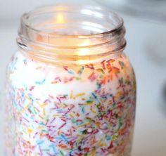 bunte Zuckerstreusel in Kerzenwachs einarbeiten