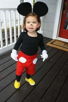 Simple Halloween Costume for kids DIY Mickey mouse costume -Cute! Drew wants to be Mickey mouse this year. Mickey Mouse Kostüm, Mickey And Minnie Costumes, Mickey Mouse Halloween Costume, Diy Halloween Costumes For Kids, Disney Halloween, Baby Halloween, Mickey Mouse Toddler Costume, Costume For Kids, Disney Toddler Costumes