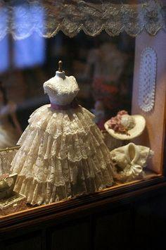 Hermosa caja de sombra vestido de boda de la mini escala 1:12