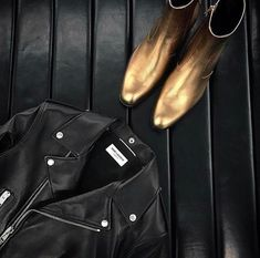 Leather jacket or boots❓ What can't you live without ⁉️ Source tumbl Blue Chelsea Boots, All Black Fashion, Rocker Style, Ysl, Nice Dresses, What To Wear, Saint Laurent, Menswear, Outfits
