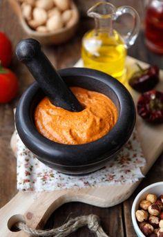 La salsa romesco o romescu es una salsa típica de cataluña, concretamente de tarragona. (españa). como suele pasar con los platos populares, hay casi tantas versiones como cocineros, pero las diferencias son menores. de sabor ligeramente picante, es ideal para acompañar verduras asadas o al horno.