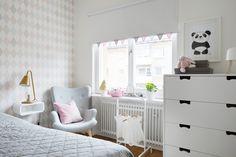 Till barnens rum: enkelt med bara rullgardiner, gärna utanpåliggande för att ge känsla av ett klätt (och större) fönster. Fint med vimpeln nertill.