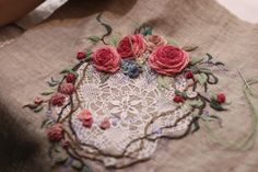 Embroidery Flowers Pattern, Rose Embroidery, Hand Embroidery Stitches, Flower Patterns, Crazy Quilt Blocks, Embroidered Roses, Bead Sewing, Brazilian Embroidery, Embroidery Supplies