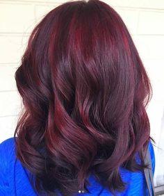 """Et si on disait adieu à notre éternel ombré pour oser les cheveux rouges ? Attention, quand on parle de rouge, on entend """"Burgundy Hair"""", un doux mélanger de violine et de bordeaux qui offre un rendu subtil et audacieux. Voici quelques jolis modèles inspirants à montrer à son coiffeur."""