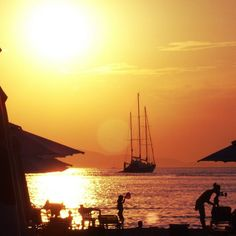 Enhance your experience using social media Santorini Sunset, Social Media Art, Sailing Ships, Around The Worlds, Boat, Romantic, This Or That Questions, Vacation, Places