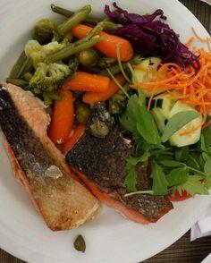 """Salmão com legumes cozidos (brócolis cenoura e couve de Bruxelas) e salada neste #dia29 dos #31diasketo . . """"Mas Senhor Tanquinho cenoura pode?"""" . 100g dessa cenoura """"baby""""  têm cerca de 5g de carboidrato. Então não tem problema nenhum colocar algumas no seu prato para completar uma bela salada ;) . . . . . #senhortanquinho #paleo #paleobrasil #primal #lowcarb #lchf #semgluten #semlactose #cetogenica #keto #atkins #dieta #emagrecer #vidalowcarb #paleobr #comidadeverdade #saude #fit #fitness…"""