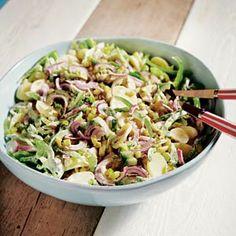 Aardappelsalade met bleekselderij, mayonaise, crème fraîche, mosterd, augurken, groene paprika en rode ui.