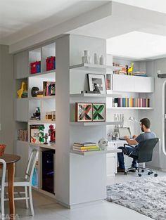 Existem diversas formas de separar visualmente um ambiente integrado: optando por pisos diferentes, mudando as cores das paredes ou até mesmo usando tapetes para delimitar a área de cada cômodo. Hoje falaremos de outra saída muito utilizada para separar ambientes: os móveis. Para exercer esta função no ambiente, o móvel precisa estar bem posicionado eLeia mais